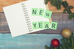 Un fondo de la Navidad de madera coloreada o del Año Nuevo con la inscripción del Año Nuevo Imágenes de archivo libres de regalías