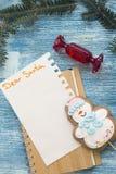 Un fondo de madera azul de la Navidad con las decoraciones Imágenes de archivo libres de regalías