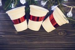Un fondo de madera oscuro de la Navidad con las decoraciones Foto de archivo libre de regalías
