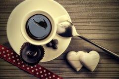 Un fondo delizioso di legno della tazza di caffè fotografia stock libera da diritti