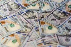 Un fondo di 100 banconote in dollari Fotografia Stock
