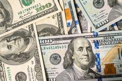 Un fondo di 100 banconote in dollari Immagini Stock