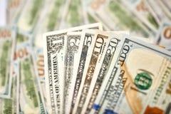 Un fondo di 100 banconote in dollari Americano dei soldi cento Bi del dollaro Immagini Stock Libere da Diritti