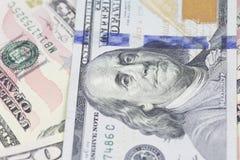 Un fondo di cento banconote in dollari Fotografie Stock
