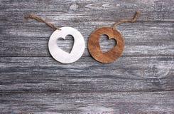 Un fondo di legno grigio di due fette rotonde Fotografia Stock