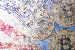 Un fondo di 100 nuovi e di vecchie banconote in dollari Fotografia Stock