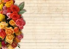 Un fondo floral con un ramo de flores en el lado Fotografía de archivo libre de regalías