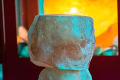 Un fondo Himalayan de la opinión de la lámpara de la sal imagenes de archivo