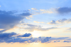 Un fondo molle della nuvola con un blu di colore pastello ai gradi arancio Immagini Stock Libere da Diritti