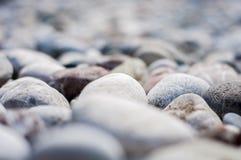Un fondo o un primo piano armonioso delle rocce naturali liscie o dei ciottoli rotondi della spiaggia alla spiaggia immagini stock