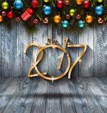 Un fondo stagionale da 2017 buoni anni con il pino verde di legno reale, le bagattelle variopinte di Natale, il boxe del regalo e Immagini Stock