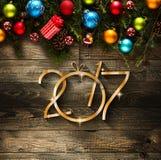 Un fondo stagionale da 2017 buoni anni con le bagattelle di Natale Fotografie Stock