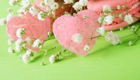 Un fondo verde per tutti gli amanti, per la festa il giorno del biglietto di S. Valentino santo, con un dessert di pasta e dei cu Fotografia Stock