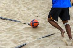 Un footballeur de plage prêt à prendre un coin Images stock
