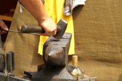 Un forgeron au travail Photo stock