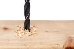 Un foro che è alesato nel legno con un dri immagini stock