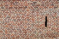 Un foro di omicidio è stato ordinato in una parete mattone costruita a Lille (Francia) Fotografia Stock Libera da Diritti