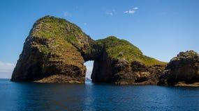 Un foro su un'isola nel mare fotografia stock