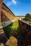 Un fossato profondo e un'alta parete di una fortezza antica Castello Sforzesco Sforza fortificano Fotografia Stock