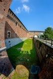 Un fossato profondo e un'alta parete di una fortezza antica Castello Sforzesco Sforza fortificano a Milano Fotografia Stock