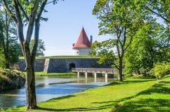 Un fossato tranquillo al castello di Kuressaare nell'isola di Saaremaa Fotografia Stock