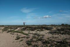 Un fotógrafo en una playa imagen de archivo