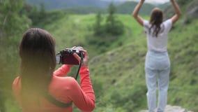 Un fotógrafo fotografía la alegría de subir a un turista metrajes