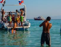 Un fotógrafo joven toma las fotos de los turistas para la memoria Egipto Hurghada Julio de 2009 foto de archivo