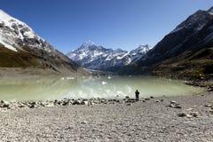 Un fotógrafo que captura paisaje hermoso Foto de archivo libre de regalías