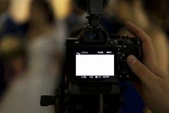 Un fotografo, un fotografo o un giornalista riflette un evento dell'interno della macchina fotografica fotografie stock libere da diritti