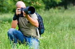 Un fotografo occupato sul lavoro Fotografie Stock Libere da Diritti