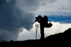 Un fotografo sopra una montagna Fotografie Stock