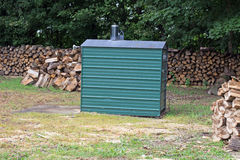 Un four en bois extérieur avec l'abondance du bois de chauffage Photos stock