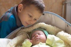 Un frère plus âgé s'occupe du plus jeune avec amour Image libre de droits
