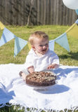 Un fracas an de gâteau de chocolat de bébé garçon Photographie stock