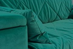 Un fragment d'un sofa vert de velours photographie stock