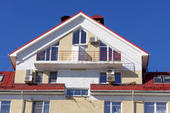 Un fragment d'un bâtiment résidentiel de brique à plusiers étages avec la climatisation installée Nizhny Novgorod Russie Photo libre de droits