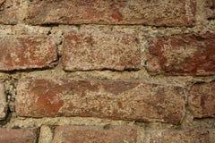 Un fragment d'un mur de briques très vieux Photographie stock libre de droits
