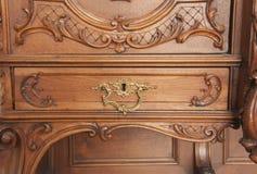 Un fragment d'un plan rapproché découpé antique de meubles Photos stock