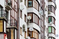 Un fragment d'une maison moderne avec les antennes paraboliques et le condit d'air Images stock