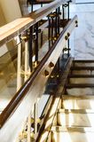 Un fragment d'un vieil escalier de marbre et d'une balustrade images libres de droits