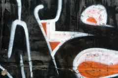 Un fragment de graffiti détaillé d'un dessin fait avec des peintures d'aérosol sur un mur des tuiles en béton Fond d'image d'art  Image libre de droits