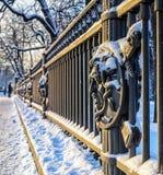 Un fragment de la barrière du jardin de Letny avec la tête de Gorgon Medussa Photographie stock