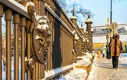 Un fragment de la barrière du jardin de Letny avec la tête de Gorgon Medussa Photographie stock libre de droits