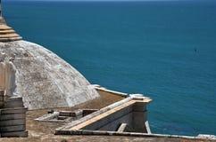 Un fragment de la cathédrale de la croix sainte dans la vieille ville maritime de Cadix est considéré un des plus grande en Espag Image stock