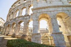 Un fragment de mur d'amphithéâtre romain antique dans le Pula Images libres de droits
