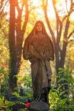 Un fragment du chiffre antique de la Vierge dans le vieux cimetière a Images stock