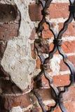 Un fragmento de la albañilería con las barras de metal Fotografía de archivo libre de regalías