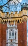 Un fragmento de un complejo de los establos imperiales de los edificios Peterhof fotografía de archivo