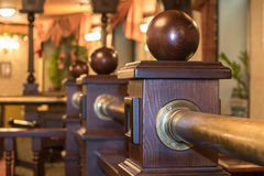 Un fragmento de una cerca de madera dentro del restaurante o del café Foto de archivo libre de regalías